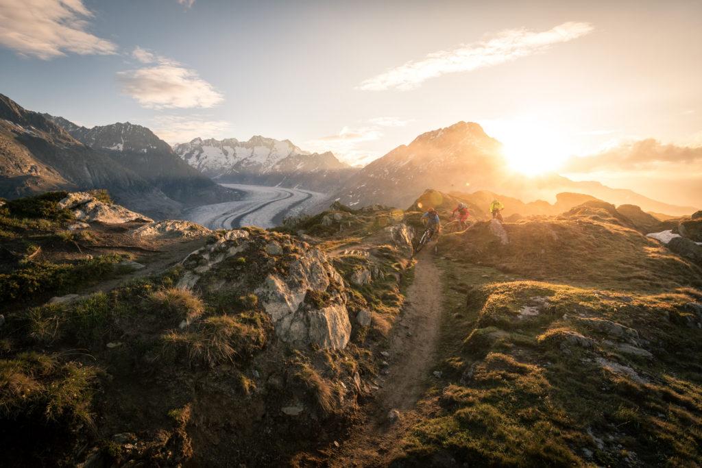 Roland Stauder und zwei Mountainbier/Finisher biken den Stoneman Glaciara am Großen Aletschgletscher im Wallis in der Schweiz während ihres MTB-Urlaubs.