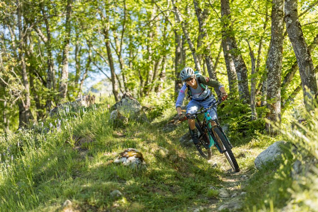 Mountainbikerin fährt auf Single Trail auf dem Stoneman Glaciara (Wallis/Schweiz).