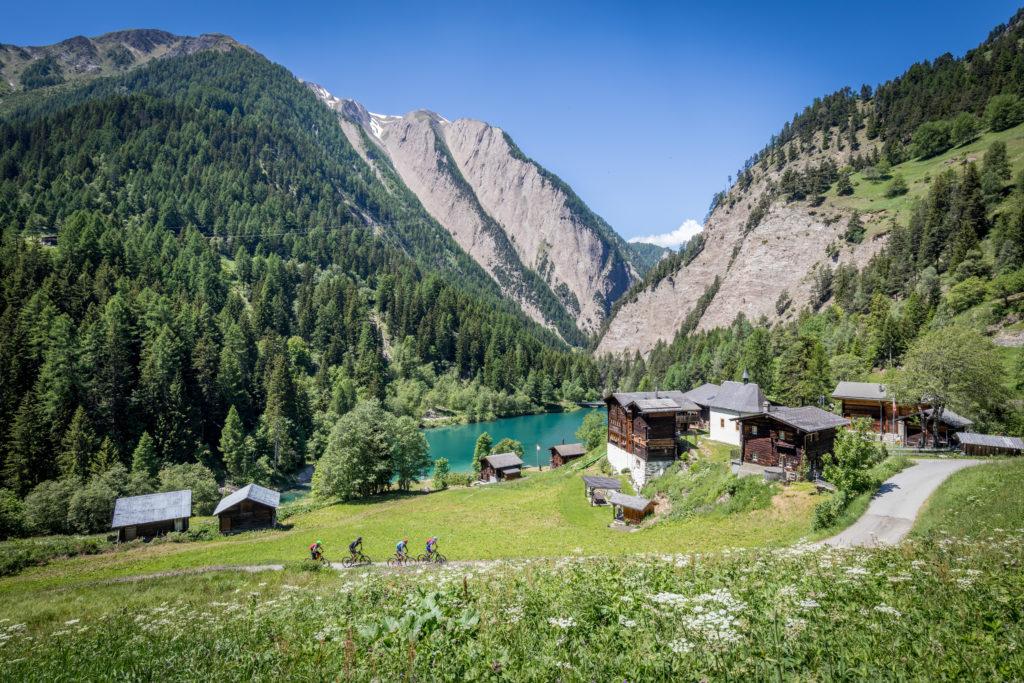 Drei Mountainbiker mit Roland Stauder auf Bike-Urlaub auf dem Stoneman Glaciara im Binntal im Wallis/Schweiz.