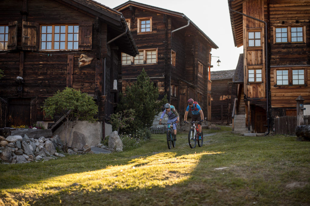 2 Stoneman Glaciara Fahrer auf MTB-Trip in Bellwald (Wallis/Schweiz).