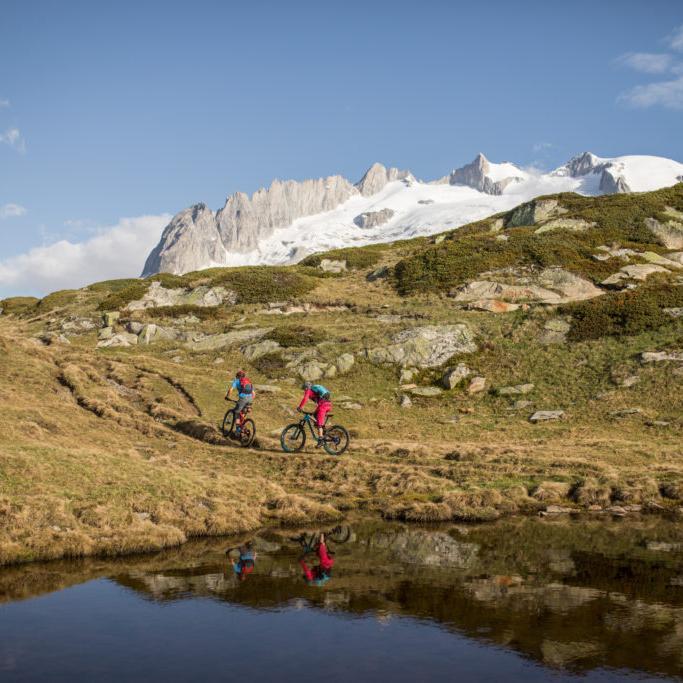 Mountainbiker in der besonderen Landschaft des Stoneman Glaciara, dem Fünf-Sterne-Mountainbike-Erlebnis im Wallis in der Schweiz.